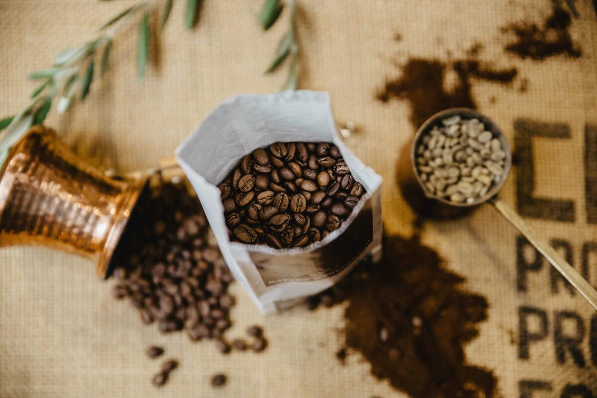 Der Blick in eine Aromatüte gibt die Sicht auf frisch geröstete Kaffeebohnen frei.
