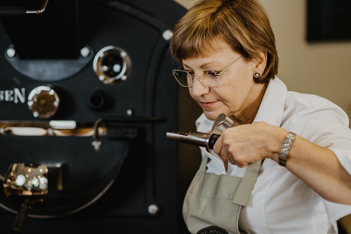 Die Röstmeisterin riecht zur Kontrolle am Kaffee, um zu beurteilen, ob die Röstung abgeschlossen ist.