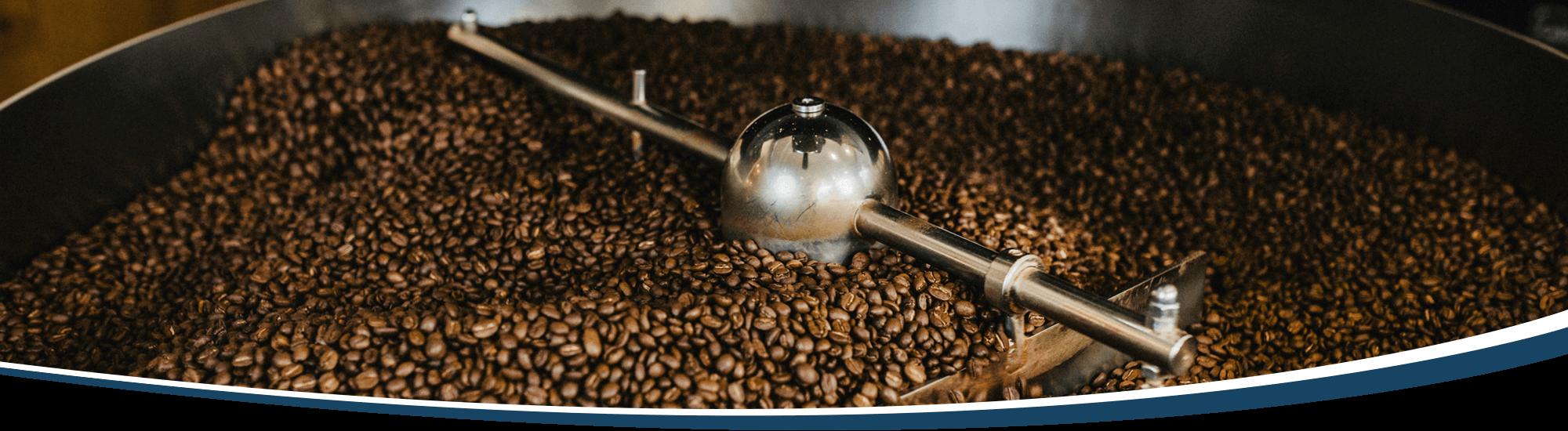 Im Kühlsieb des Kaffeerösters rotieren die frisch gerösteten Bohnen.