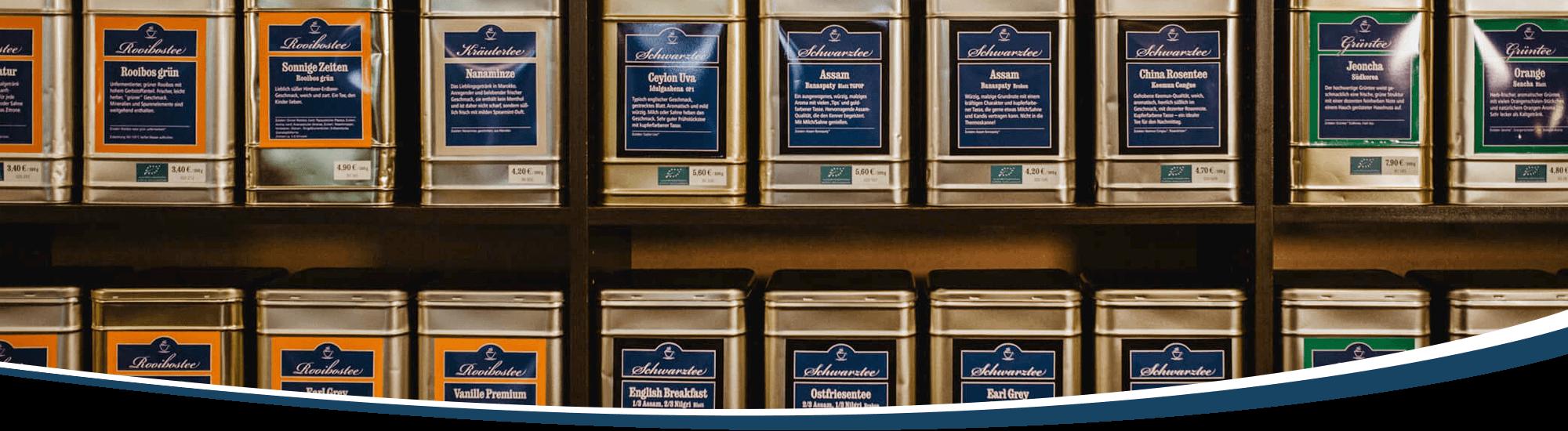 Das Teesortiment - eine Wand voller Teedosen.