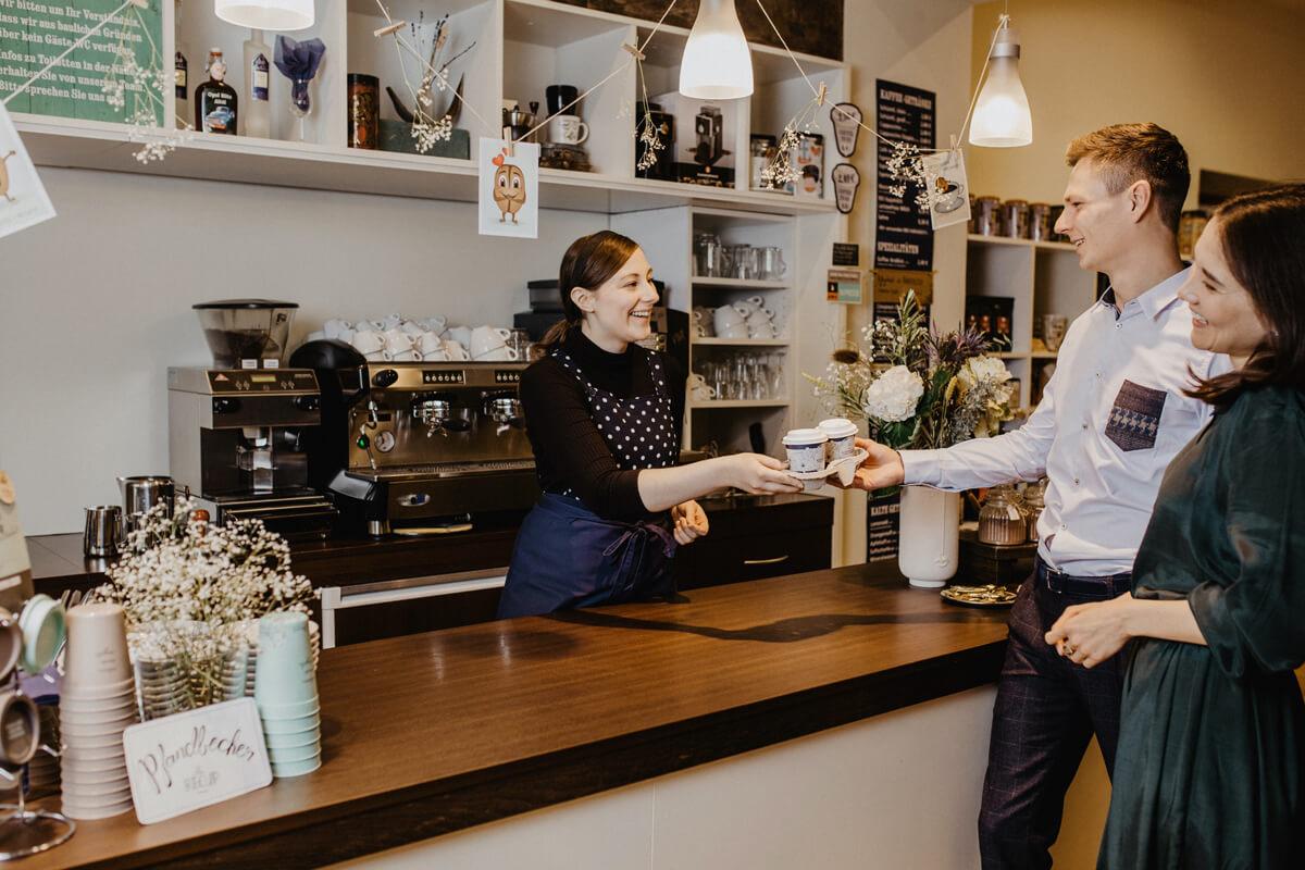 Gäste werden an der Cafébar bedient.
