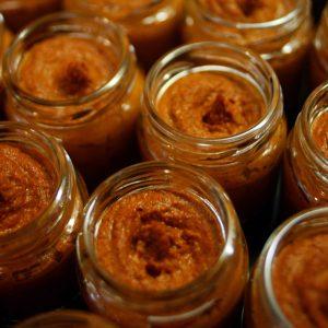 Rote Currypaste in Gläser gefüllt
