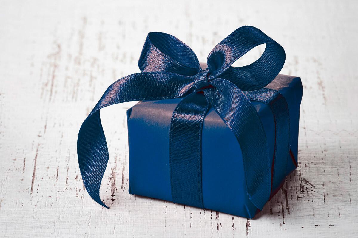 Geschenk mit großer blauer Schleife
